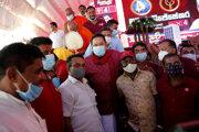 Mahinda Rádžapaksa (v strede) obhájil post premiéra Srí Lanky.