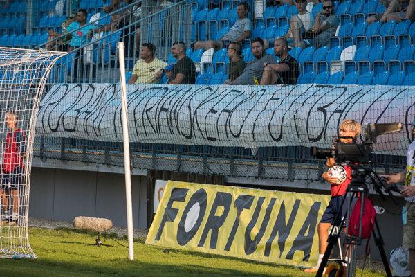 """""""Hrobári nitrianskeho futbalu von!"""" stálo v nepríjemnom odkaze fanklubu Trogári 1909. Následne ho údajne strhol zástupca vedenia FC Nitra."""
