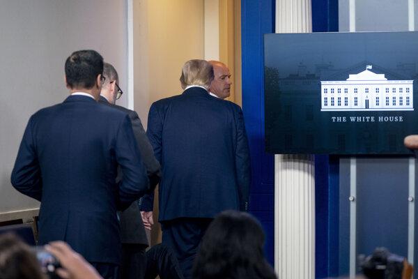 Trump musel pre bezpečnostné riziko opustiť tlačovú konferenciu ku koronavírusu.