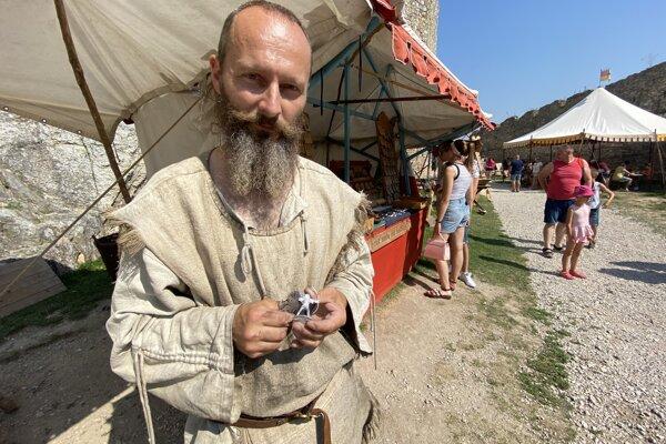 Andrej Kendrala z Považskej Bystrice na hrade vyrábal figúrky z cínu.