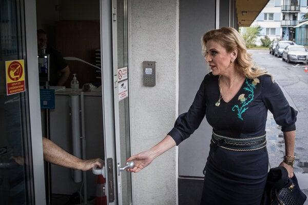 Jana Vaľová prichádza na pracovný snem strany Smer SD.
