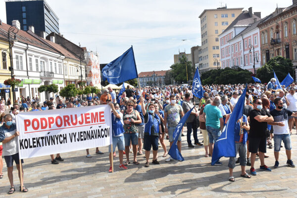 Zamestnanci absolvovali míting aj protestný pochod.