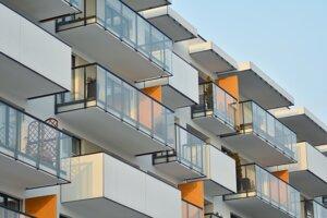 Pred zasklievaním balkóna si musíte vybaviť povolenia a vybrať si vhodný spôsob.