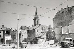 Neologickú synagógu na Rybnom námestí zrúcali v apríli 1969.