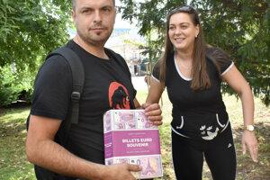Michal s Janou spojili kúpu bankovky s rodinným výletom.