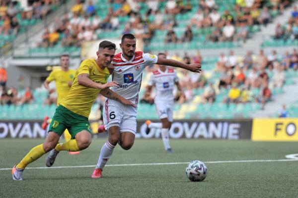 Žilinčan Dávid Ďuriš (vľavo) a Martin Šulek z Trenčína počas zápasu 3. kola futbalovej Fortuna ligy AS Trenčín - MŠK Žilina.