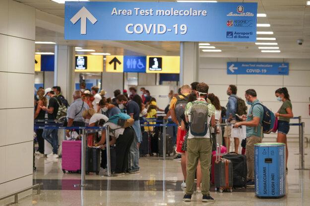 Cestujúci na rímskom letisku čakajú na otestovanie na Covid-19.