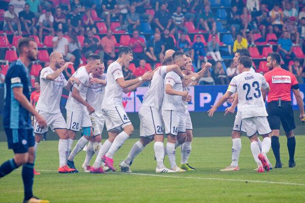 Slovan prehral v Zlatých Moravciach prvýkrát od 21. októbra 2017 (3:2), keď ho skolili dva góly Ewertona a jeden Karlíka.
