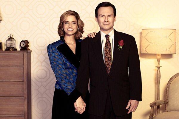 Amanda Peet a Christian Slater ako manželia Broderickovci v seriáli Dirty John 2.