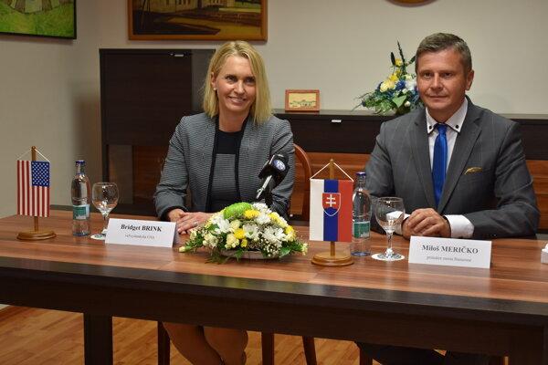 Veľvyslankyňa Bridget A. Brinková a Miloš Meričko na tlačovom brífingu na humenskej radnici.