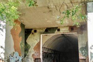 Pohľad na opustenú základňu na Devínskej Kobyle.