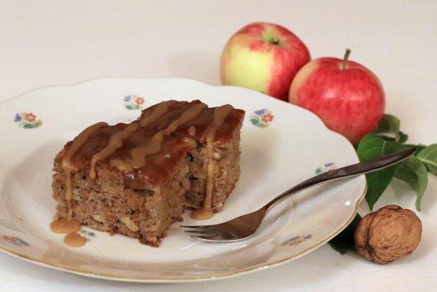 Jablkovo-orechový koláčik s karamelovou polevou