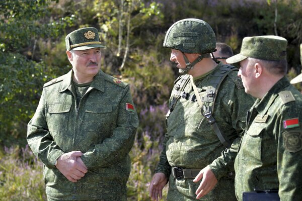 Lukašenko medzi vojakmi.