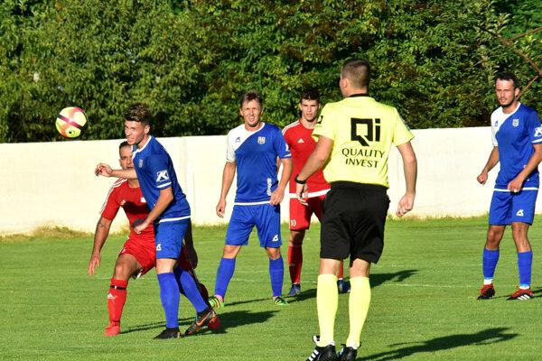 Futbalisti Nededu (v červenom) si pripísali víťazstvo 3:2 nad Šuranmi.