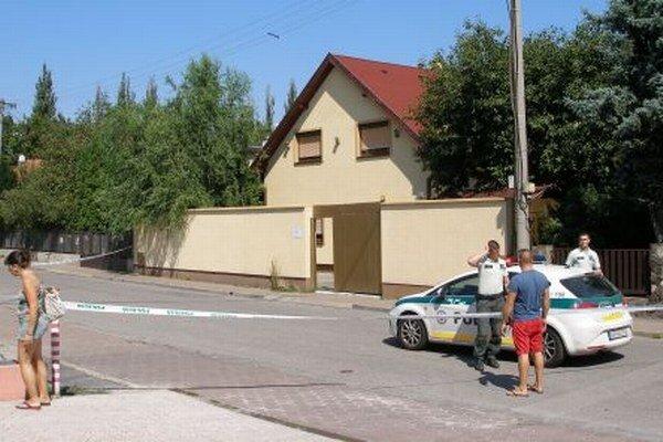 Niekto hodil za plot trhavinu. Dom kedysi patril mediálne známemu Versačemu, teraz tu sídli súkromná škôlka.