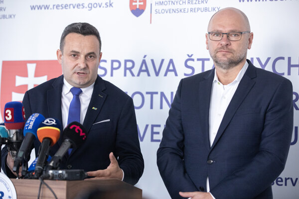 : Predseda SŠHR Ján Rudolf a vicepremiér a minister hospodárstva Richard Sulík počas tlačovej besedy k hodnoteniu 100 dní v úrade predsedu Správy štátnych hmotných rezerv.
