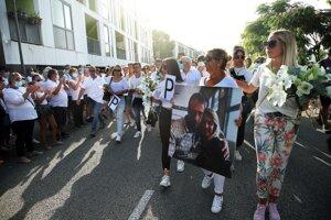 Pietny pochod v Bayonne na pamiatku vodiča autobusu.