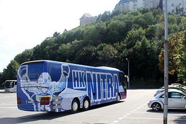Hokejisti Nitry vyrazili dnes o 13. hodine do Liberca v autobuse s novým šatom.