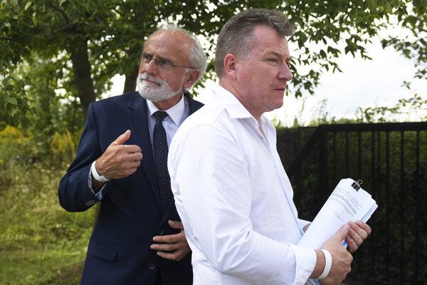 Minister pôdohospodárstva a rozvoja vidieka SR Ján Mičovský a František Oravec z Iniciatívy poľnohospodárov Gyňov.
