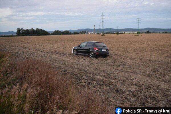 Dôchodkyňa skončila s autom v poli.