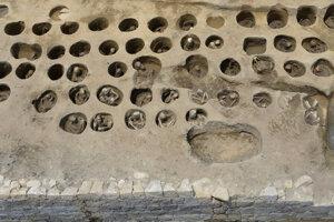 Mnohé z viac ako tisíc tiel boli natlačené v malých pohrebných dierach.