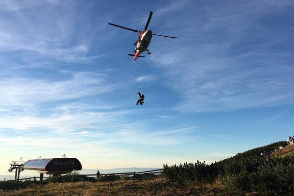 Momentka zo zásahu. Po medzipristátí na Skalnatom plese boli Poliaci transportovaní na heliport v Starom Smokovci.