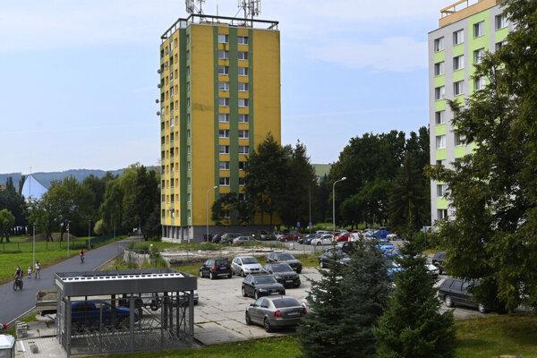 Uprostred železobetónová základová doska, ktorá zostala po bytovke na Mukačevskej ulici v Prešove.