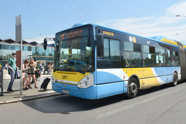 Košice opäť zavádzajú povinnosť vodičov otvárať na zastávkach všetky dvere.