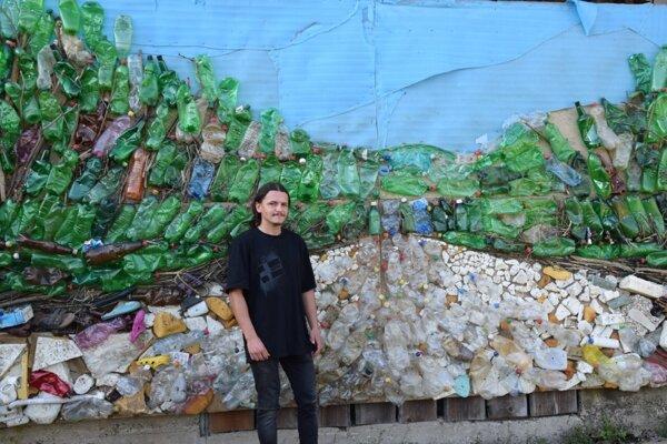 Filip Konkoľ vytvoril obraz z odpadu, ktorý sa nazhromaždil v Hornáde.