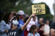 Protest proti povinnému očkovaniu proti chrípke v Bostone.