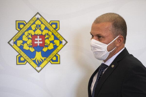 Dočasne poverený prezident Policajného zboru Peter Kovařík počas tlačového brífingu.