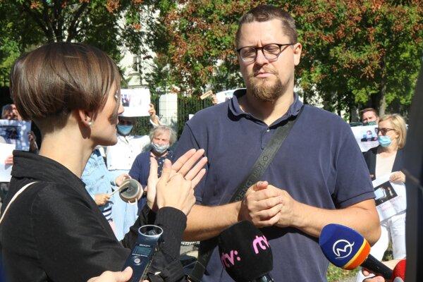 Jaroslav Cehlárik na proteste nepočujúcich pred Úradom vlády.