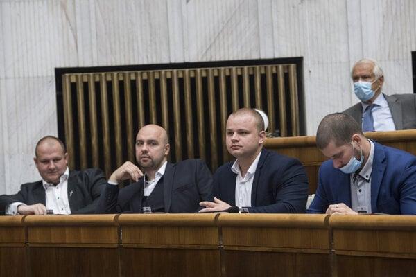 Poslanci Peter Krupa, Andrej Medvecký, Milan Mazurek (všetci ĽSNS) si odmietli nasadiť rúško aj po napomenutí predsedom parlamentu SR Borisom Kollárom.