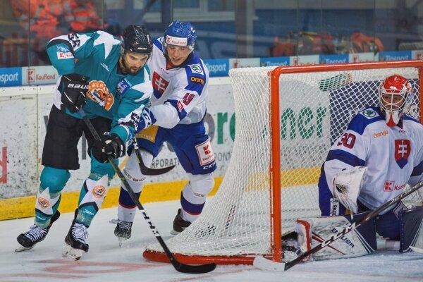 Michalovský obranca Vladimír Mihálik (vľavo) bol vyhlásený za najlepšieho obrancu turnaja v Poprade.