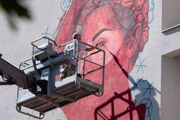 Maľovanie na fasádu domu na Kamennom námestí.