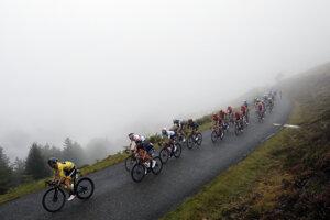 Cyklisti v náročných podmienkach počas 9. etapy na Tour de France 2020.