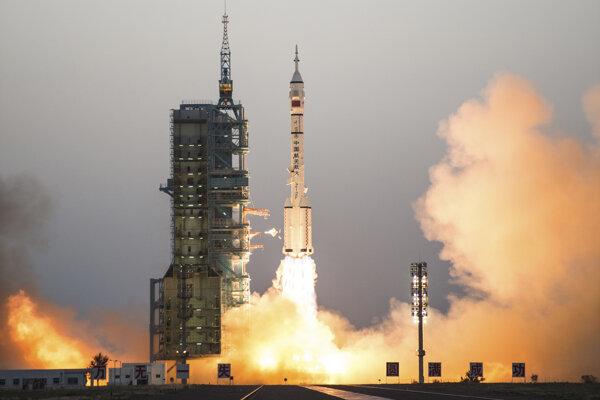 Ilustračná fotografia. Raketa Čchang-čeng-2F ako na fotke vyniesla 4. septembra do vesmíru experimentálny prvú čínsku znovu použiteľnú loď. Po dvoch dňoch sa podľa plánu vrátila.