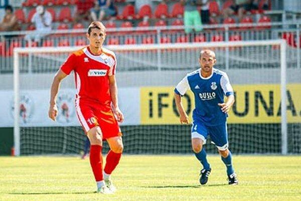 O miesto v kádri FC ViOn bojuje aj Lukáš Szabó. V sobotu hral proti svojim bývalým spoluhráčom, vpravo M. Ďatko.