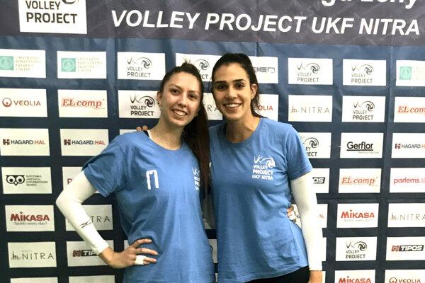 Zľava Vanessa Silva a Caroline Godoi. Merajú 187, resp. 190 cm.