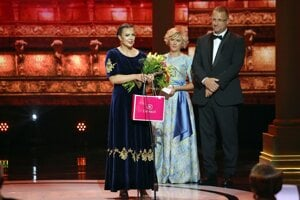 Mária Sliacka pri preberaní ocenenia.