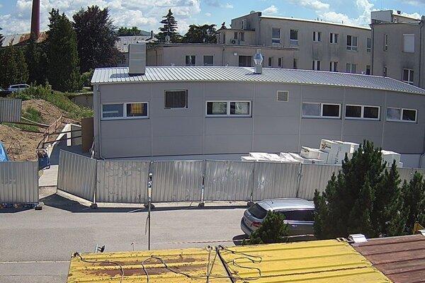 Pohľad na stavbu v júli.