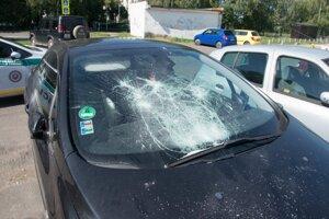 Zničená autá pred kostolom v Leviciach.