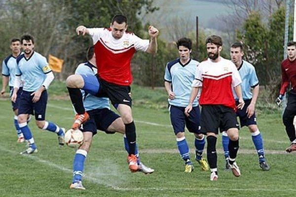 Futbalisti Nevidzian (v červeno-bielych dresoch) na jar ani raz neprehrali. Snímka je z duelu vo Výčapoch-Opatovciach.