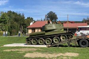 Sovietsky tank T-34/85 počas presunu.