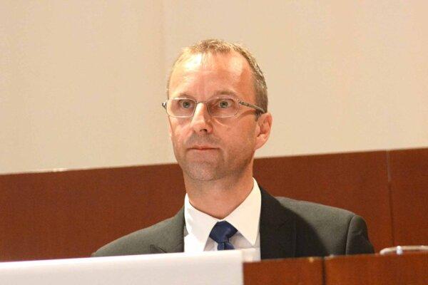 Kontrolór Ľubomír Hudák môže byť vo funkcii teoreticky aj ďalší rok. Jeho pôsobenie vo funkcii uplynie 60 dní po skončení mimoriadnej situácie.