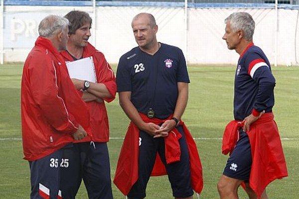 Druhý zľava hlavný tréner Milko Djurovski v debate s trojicou asistentov - zľava Marko Miloševič, Jozef Pavlík a Libor Fašiang.