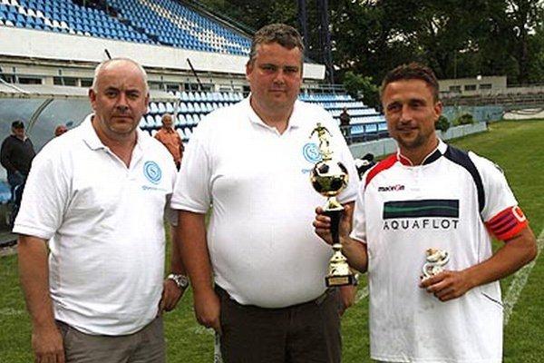 Vpravo kapitán víťazných Čeľadíc Daniel Koprda. Zľava Štefan Korman, predseda ObFZ v Nitre, a Slavomír Turčáni, konateľ spoločnosti Obecné siete.