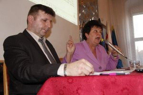 Šlosár, ktorého si za prednostu vybrala primátorka Ostrihoňová (v pozadí), so zverejnením platu otáľal. Pomôcť musel až infozákon.