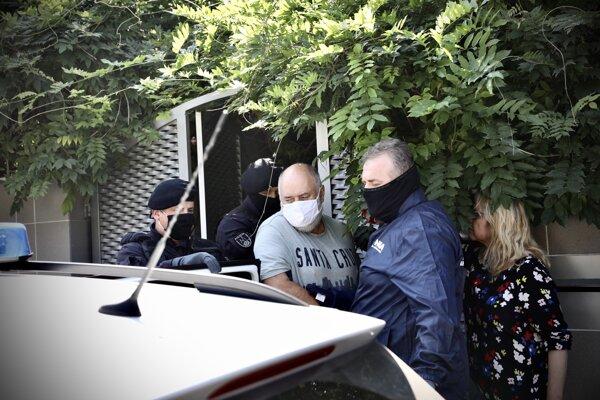 Pavla Polku odviedli policajti v putách z domu v Žiline, 14. septembra 2020.