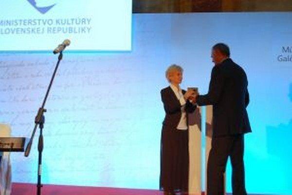 Cenu si riaditeľka Nitrianskej galérie Renáta Niczová prevzala z rúk štátneho tajomníka ministerstva kultúry v Bratislave.